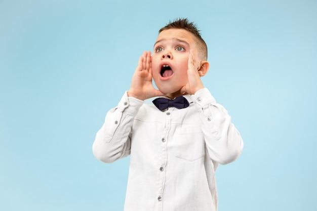 Mis niet. jonge casual jongen schreeuwen. roepen. huilende emotionele tiener die op roze studioachtergrond gilt. mannelijk halflang portret. menselijke emoties, gezichtsuitdrukking concept. trendy kleuren