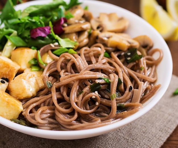Miso en soba noedelsoep met geroosterde tofu en champignons