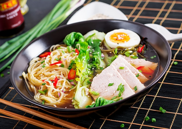 Miso ramen aziatische noedels met ei, varkensvlees en paksoi-kool in kom. japanse keuken.