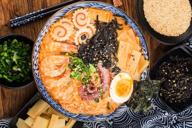 Miso ramen aziatische noedels met< gebakken noedels met inktvissaus