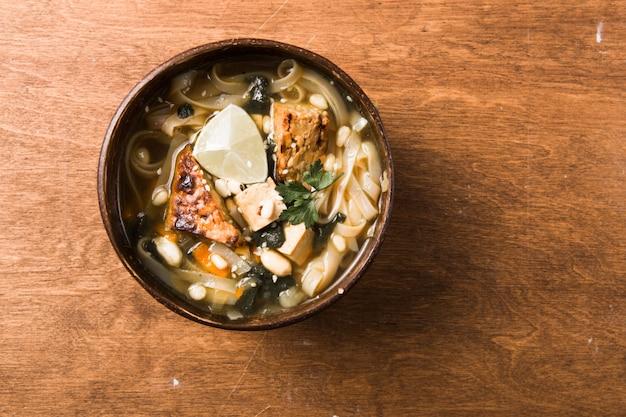 Miso ramen aziatische noedelsoep met tempeh of tempe in een kom.