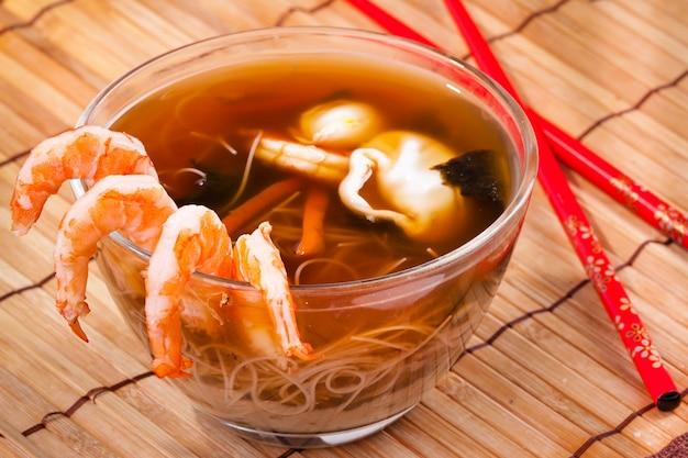 Miso-soep in een kom