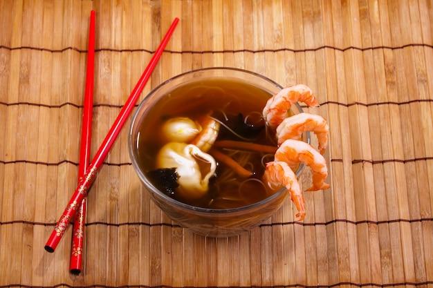 Miso-soep met garnalen en eetstokjes