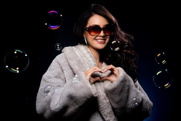 Miss beauty fashion aziatische vrouw in fur grey winter