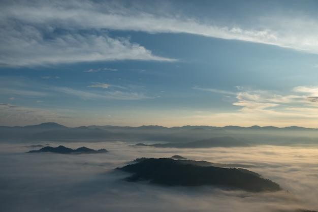 Mist, bergen, zonlicht, prachtige bergtoppen van het gezichtspunt