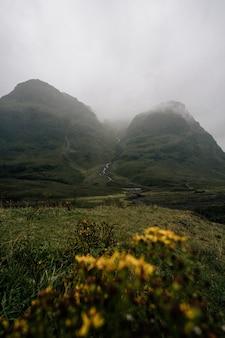 Mist en terrein in glen etive, schotland