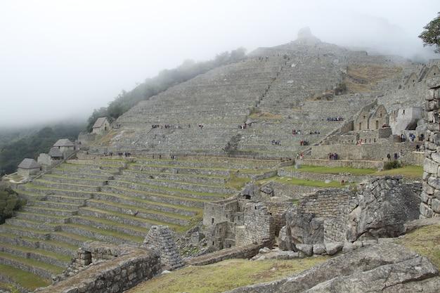 Mist in de ruïnes van machu picchu. peru