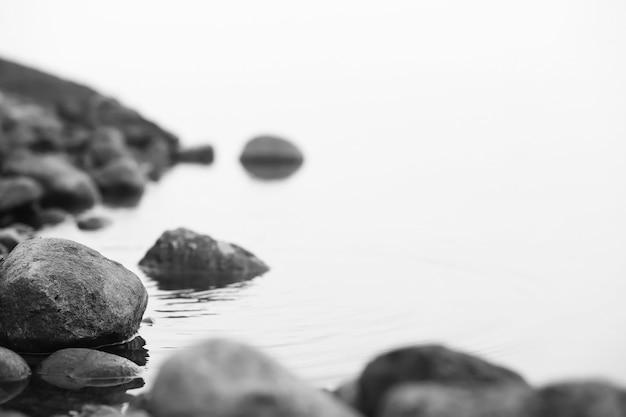Mist in het meer. ochtend natuur water en witte mist.
