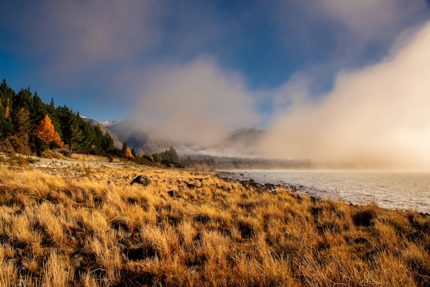 Mist, mist en laaghangende bewolking aan het begin van een koude mooie dag aan het ohau-meer