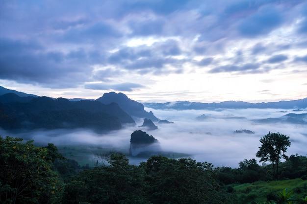 Mistdekking en berg vóór zonsopgang bij phu lang ka, phayao, thailand
