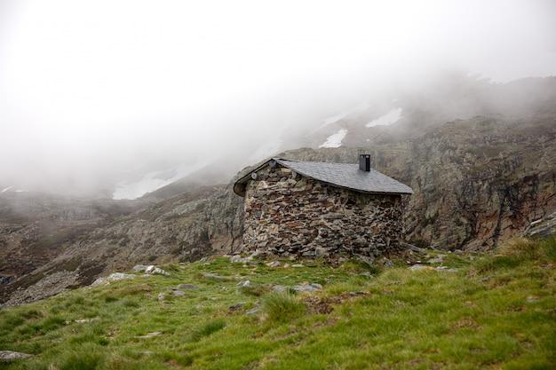 Mistig landschap en een huisje
