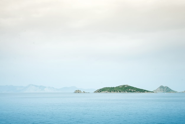 Mistige berg mistige eilanden bedekt met mist, kalme zee lake landschap