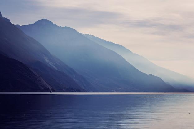 Mistige bergen dichtbij meer garda italië