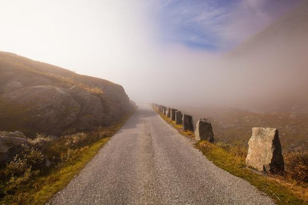 Mistige en zonnige weg in noorwegen gamle strynefjellsvegen
