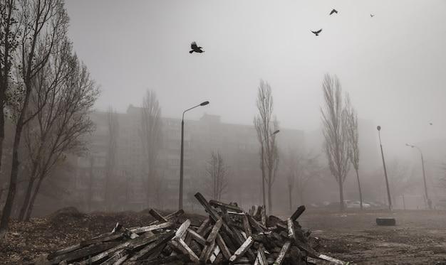 Mistige herfst ochtend in de stad