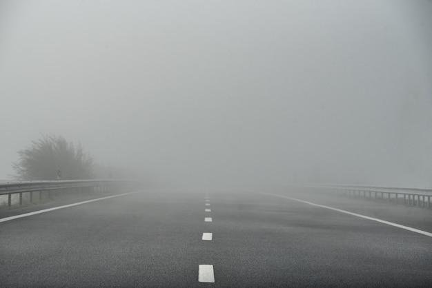 Mistige snelweg lege weg