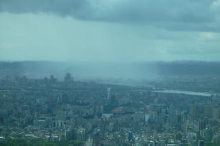 Mistige stad, het weer