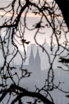 Mistige vysehrad vanaf de petrin-heuvel