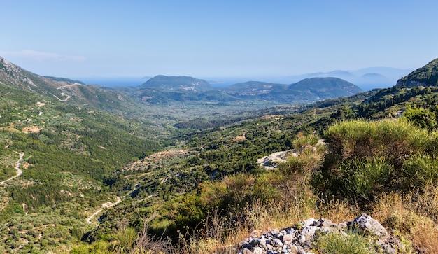 Mistige zomer heuvelachtige kust panorama (griekenland, lefkada). uitzicht vanaf boven.