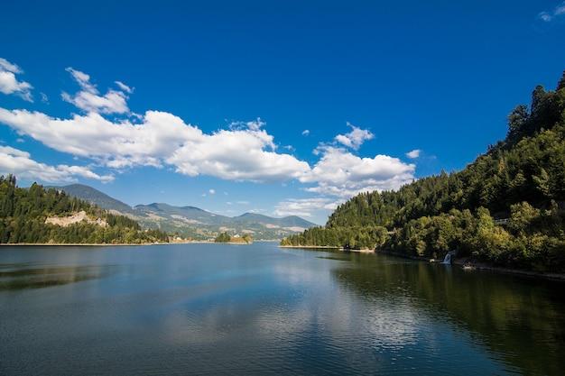 Mistige zomerochtend in de bergen. karpaten, oekraïne, europa. schoonheid wereld.