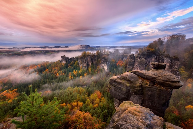 Mistige zonsopgang in saksisch zwitserland, duitsland