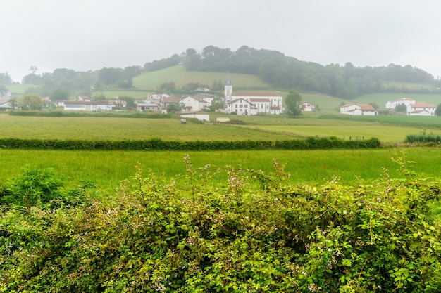 Mistlandschap op het platteland van frans baskenland. frankrijk
