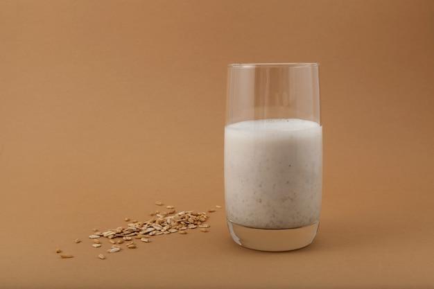 Misutgaru latte (misugaru latte) - gezonde koreaanse meergranencocktail in een hoog glas