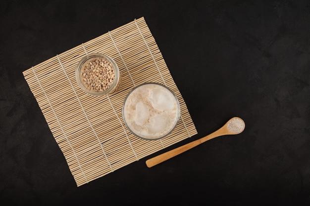 Misutgaru of misugaru latte drankje op donkere tafel, bovenaanzicht
