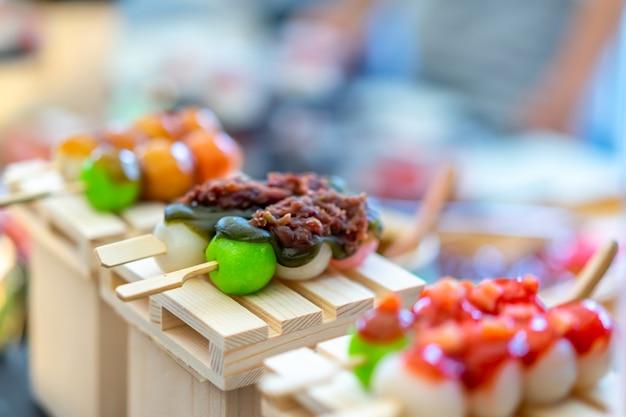Mitarashi-dango. dango japans dessert, knoedel en zoet gemaakt van rijstmeel.