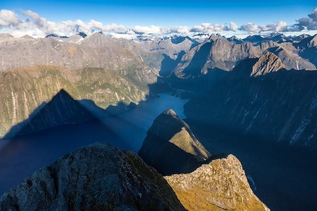Mitre peaks schaduw over milford sound fiordland national park
