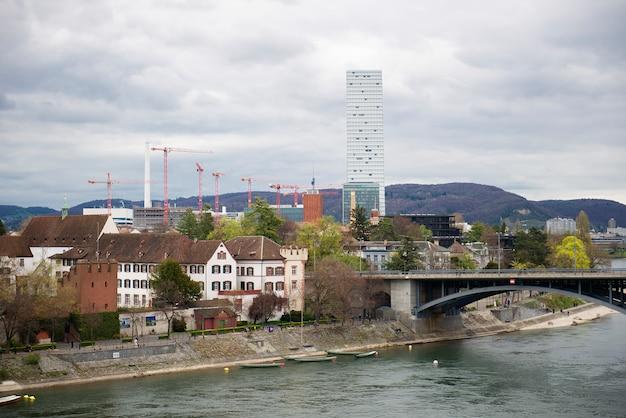 Mittlere bridge en basel skyline, zwitserland