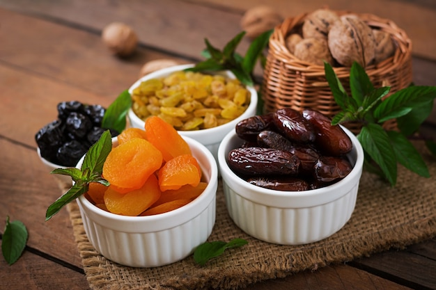 Mix gedroogd fruit (dadelpalmvruchten, gedroogde pruimen, gedroogde abrikozen, rozijnen) en noten. ramadan (ramazan) eten.