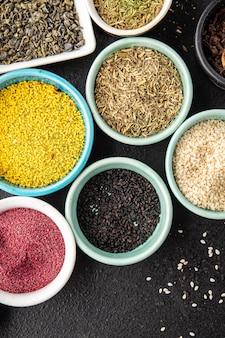 Mix kruiden kruiden verschillende soorten prikkelende en pittige verse kruiden gemalen specerijen op tafel