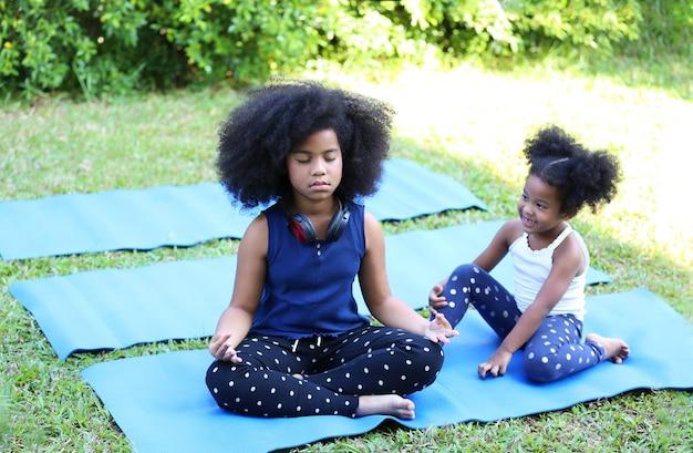 Mix race-kinderen genieten van haar tijd in huis met familie