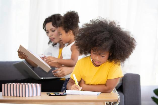 Mix race van moeder en dochters spelen speelgoed in de woonkamer