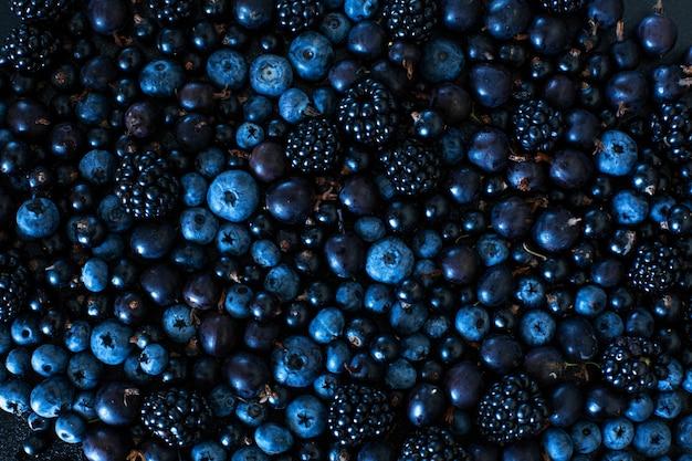 Mix set lay-out van verschillende soorten zwarte bessen op een zwarte tafel. stijlvolle seizoensvitaminen