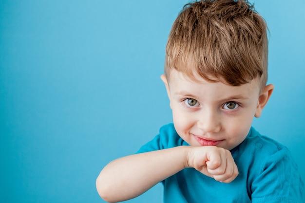 Mix tarief jongetje plezier gezicht maken in vele emoties.