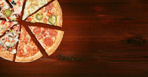 Mix van acht verschillende pizza's op een houten tafel menu concept van keuze en diversiteit