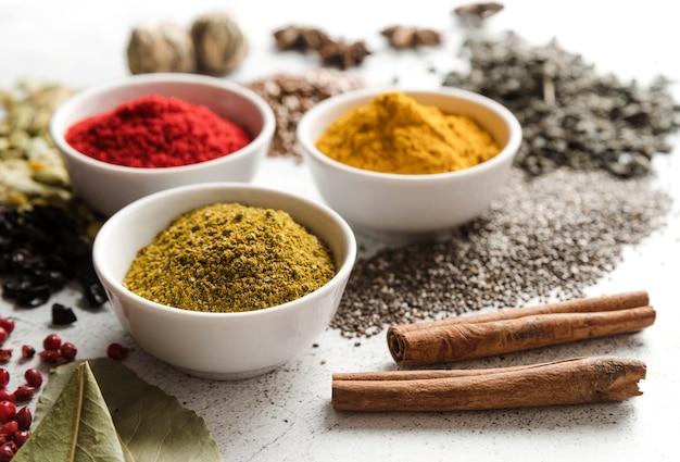 Mix van biologische zaden en voedselpoeder hoog zicht