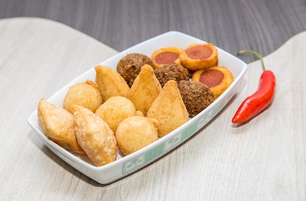 Mix van braziliaanse gefrituurde minisnacks