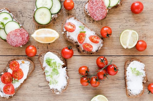 Mix van broodjes en tomaten
