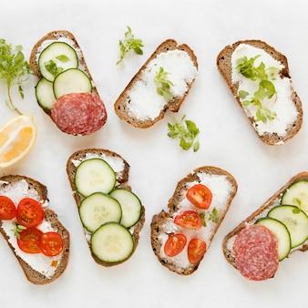 Mix van broodjes met groenten en salami