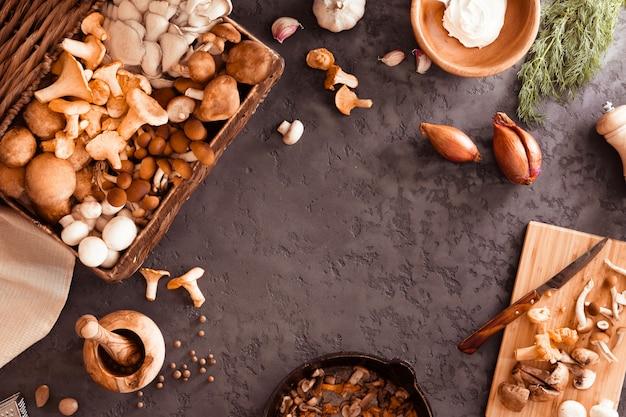 Mix van cantharel, portobello, shiitake in gietijzeren pan