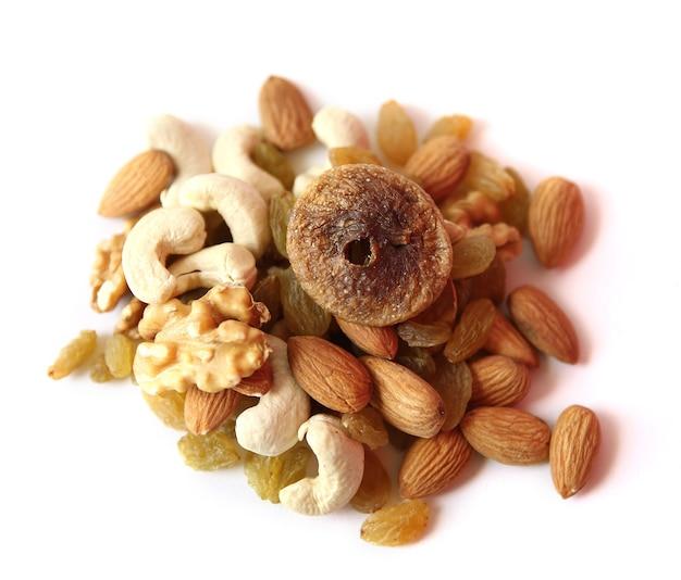 Mix van droge noten en fruit close-up op witte achtergrond