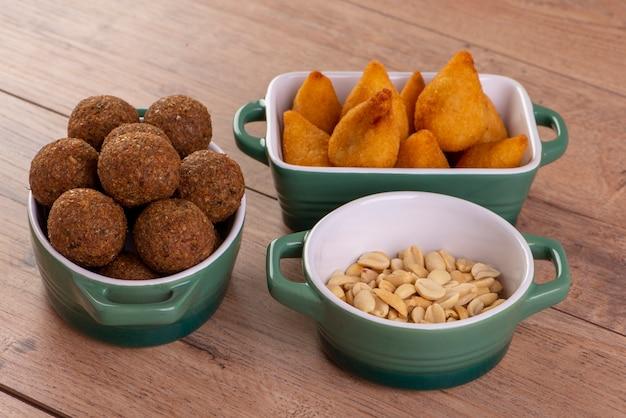 Mix van gebakken hartige snack met coxinha, kebab en geroosterde en gezouten pinda's