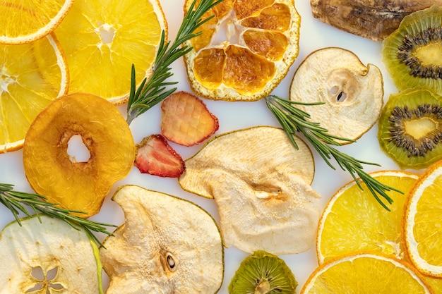 Mix van gedroogde vruchten en bessen oranje kiwi aardbei en appels