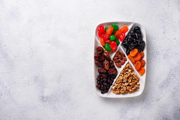 Mix van gedroogde vruchten en noten in de plaat