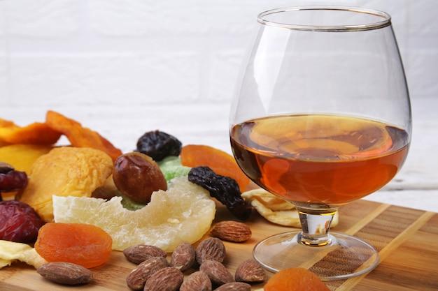 Mix van gedroogde vruchten en noten op een donkere hout achtergrond