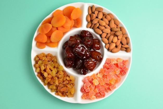 Mix van gedroogde vruchten en noten op een witte plaat