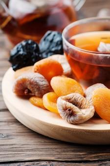 Mix van gedroogde vruchten met kopje zwarte thee